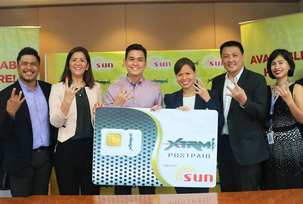 Photo shows (from left) Sun Postpaid Senior Manager Ethan Koe Sanchez, Smart Retail Group Head Malou Agoncillo, XTRM 1-11 founder Billy James dela Fuente, Group Head and First Vice President for Wireless Consumer Division of Smart Kat Luna-Abelarde, Smart Retail Partner Management Center Head Louie de Guzman, and Sun Broadband Senior Manager Jaja Jesalva.