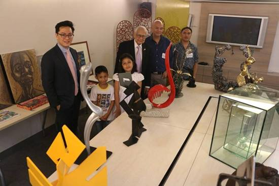 ART WITH A HEART.  Art can save lives and this has been proven by the Rotary Club of Makati West (RCMW) as it launches its annual charity art sale on November 11-13, 2016 at The Gallery, Greenbelt 5 in Makati City. Now going on its ninth year, Alay Sining is run under the auspices of the Gift of Life International which arranges funding for the treatment of children with congenital heart ailments. It has brought aid to over 18,000 children of indigent families in 71 emerging countries. Alay Sining is a noteworthy example of partnership between the artists who have supported the drive, and RCMW that has successfully benefited children and help them lead normal lives. Among the artists whose works will be on exhibit and sale in this year's Alay Sining 9 are Abel Agubang, Jinggoy Buensuceso, Glenn Kagandahan, Kenneth Cobonpue, Jojit Nagamos, Jaime Nepomuceno and other leading and up-and-coming artists. Two of Alay Sining's beneficiares, Maranathalie Balitaon and Rogin de Pedro (2nd and 3rd from left), grace the art exhibit sale launch with Alay Sining president Paolo Delgado, RCMW past president Lou del Rosario,  and participating artists Nepomuceno and Sam Penaso.