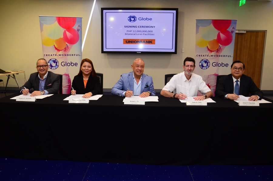 Globe Telecom President & CEO Ernest Cu, (center) and Globe Chief Finance Officer Rizza Maniego-Eala (2nd from left) signed for the leading telecommunications company. On the other hand, signatories for Union Bank were Union Bank Chairman & CEO Justo Ortiz (2nd from right), Union Bank President & COO Edwin Bautista (extreme right) and Chief Operating Officer and Senior Executive Vice President, Retail & Corporate Banking Head Eugene Acevedo.